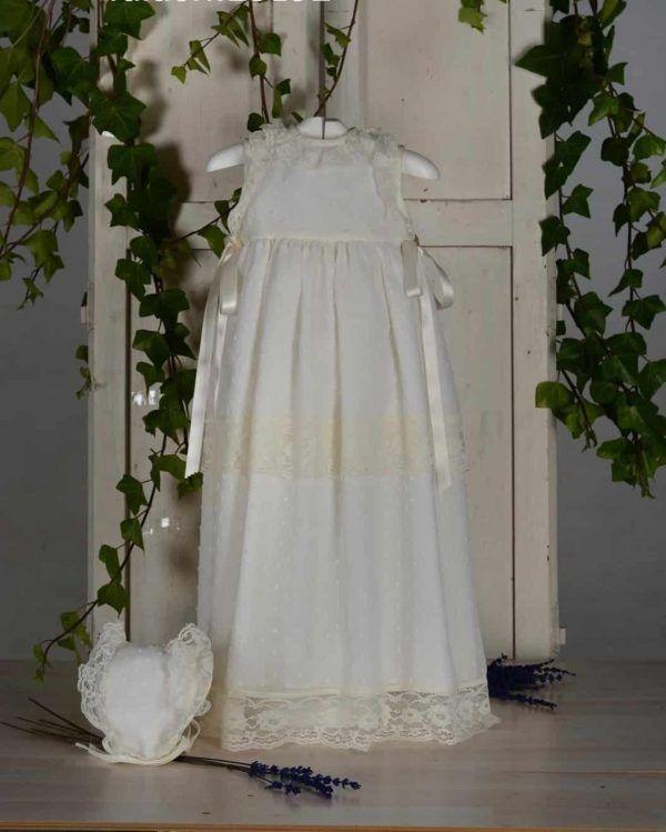 Vestido de bautizo de faldón largo y capota